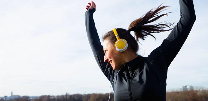 Deloitte-ch-woman-in-headphones-dancing-outdoors